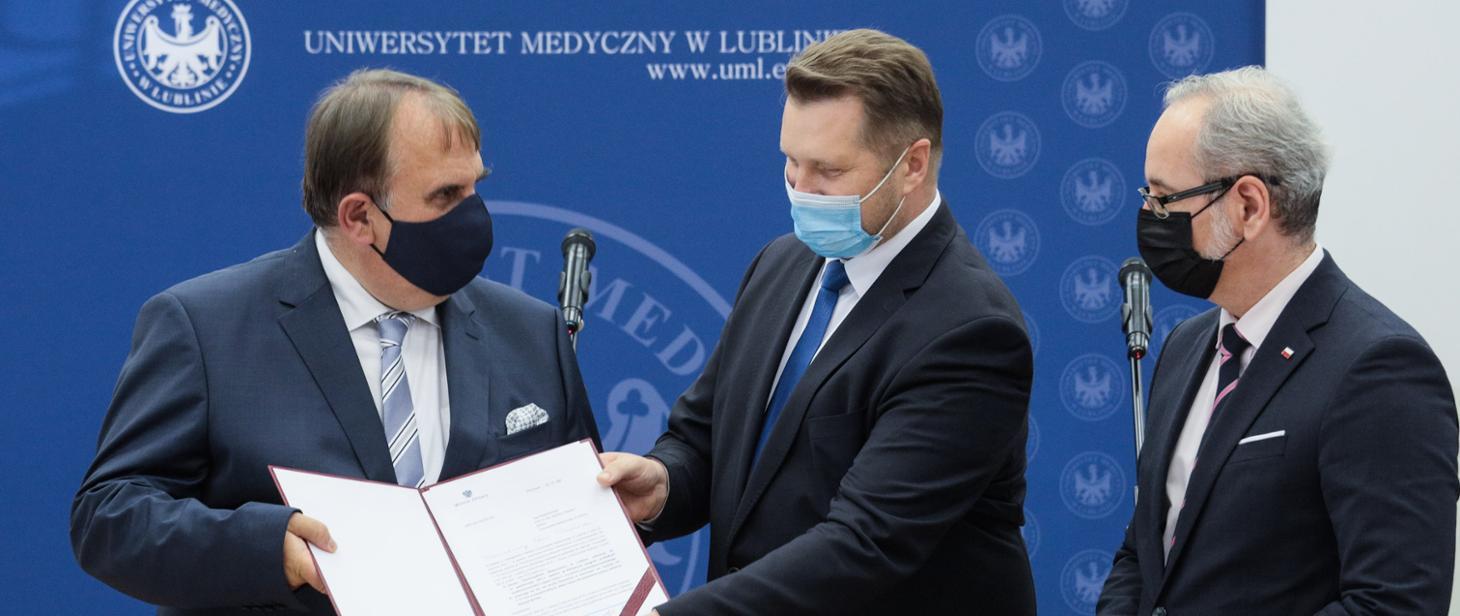 Profesor Wojciech Załuska, Minister Edukacji i Nauki Przemysław Czarnek oraz Minister Zdrowia Adam Niedzielski