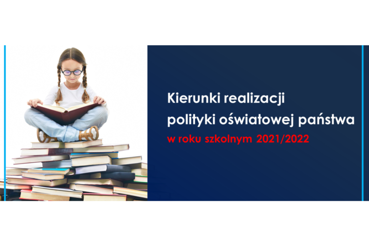 Dziewczynka czyta siedząc na stosie książek